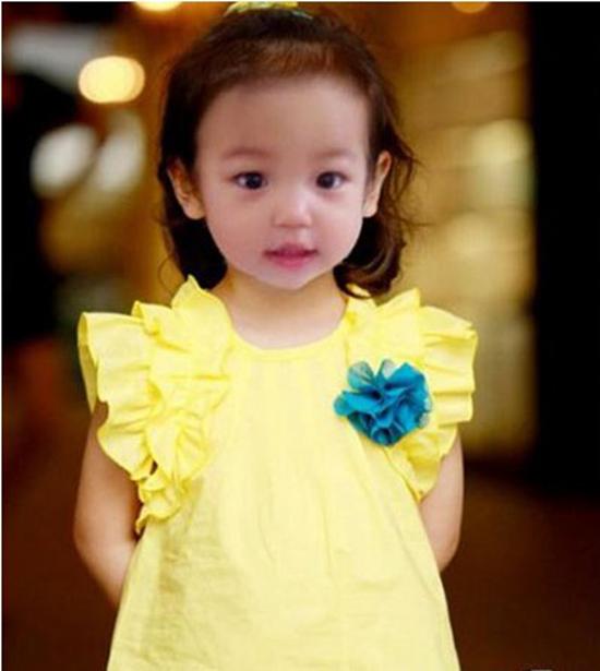 女儿小四月成了赵薇和老公黄有龙生命里永恒的女主角,萌趣可爱的小