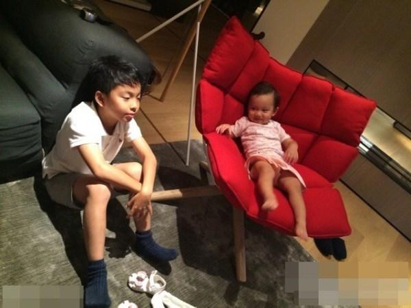 李小璐晒甜馨与王中磊儿子玩耍照