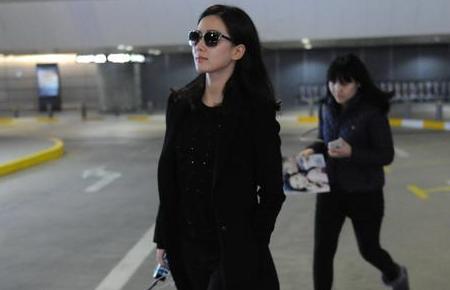 女星街拍:刘诗诗抵达上海机场素颜似路人无人识