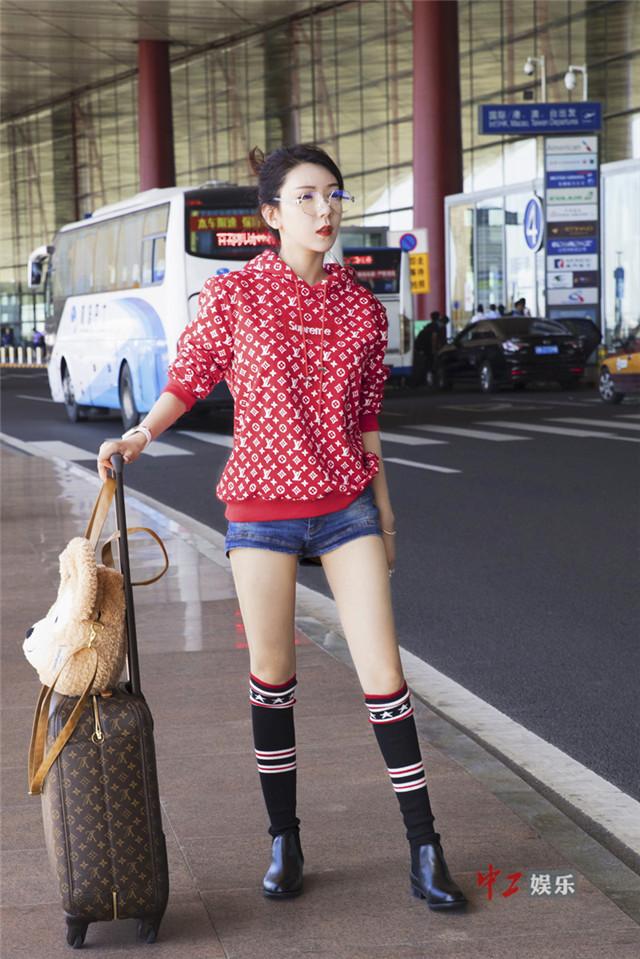 侯伊荻机场街拍大片曝光 穿搭时尚引路人围观