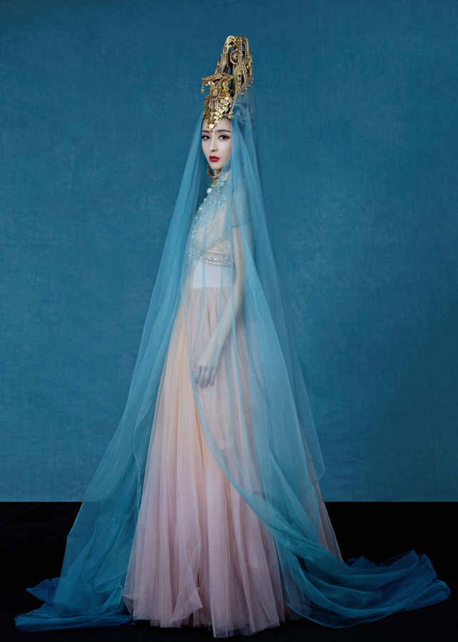 佟丽娅舞蹈剧场《在远方,在这里》发布定妆照 展现多元民族文化